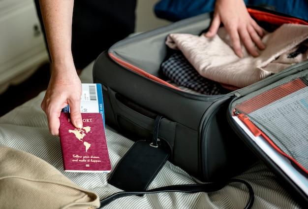 Un hombre preparándose para viajar Foto gratis