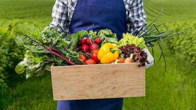 Hombre de primer plano con cesta con verduras Foto Premium