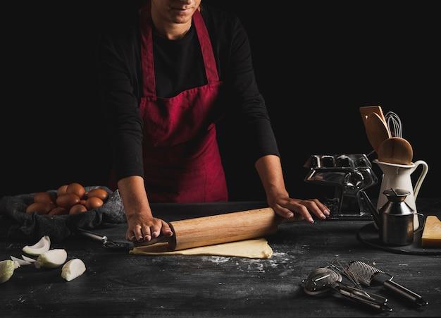 Hombre de primer plano con delantal de cocina Foto gratis