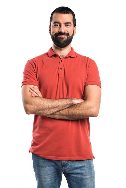 Hombre que desgasta la camisa roja del polo con sus brazos cruzados Foto gratis