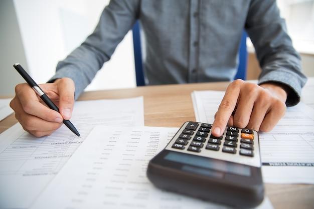 Hombre que empuja el botón analizar los ingresos Foto gratis