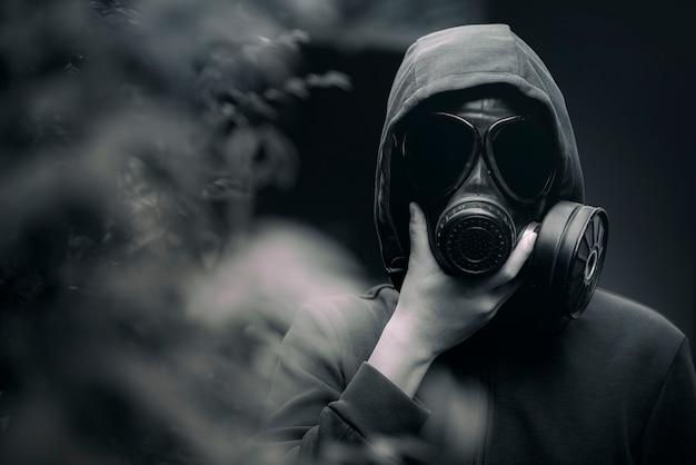 Un hombre que llevaba una máscara de gas y la atmósfera sombría. Foto Premium