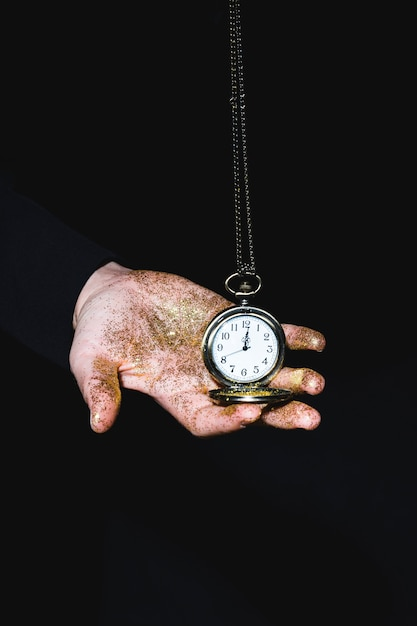 Hombre que sostiene el reloj de bolsillo Foto gratis