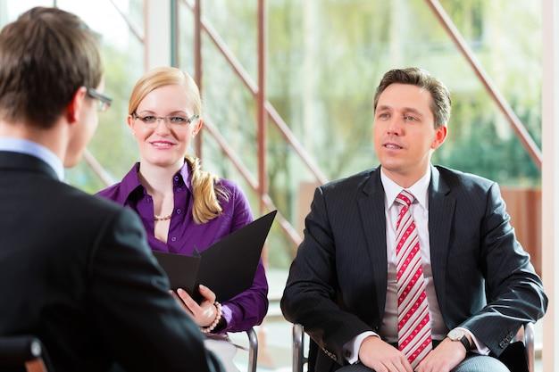Hombre que tiene una entrevista con el empleo de gerente y socio de empleo Foto Premium