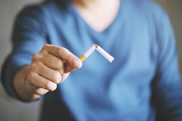Hombre rechazando el concepto de cigarrillos para dejar de fumar y un estilo de vida saludable. Foto Premium