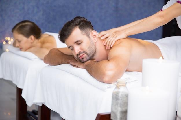 Hombre recibiendo un masaje Foto gratis