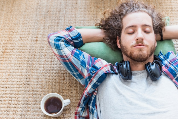Hombre relajando en el suelo Foto gratis