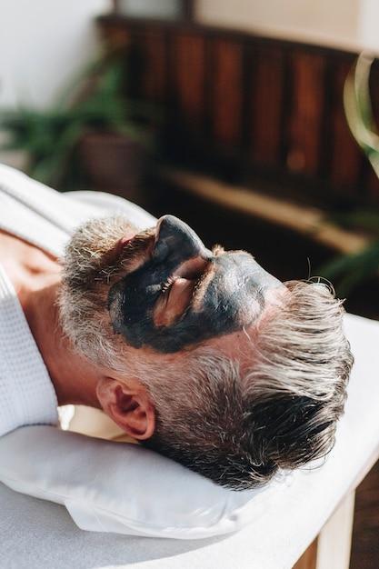 Hombre relajante en un spa de belleza Foto Premium