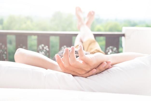Hombre relajante en su silla y disfrutar de la vista desde la terraza Foto gratis