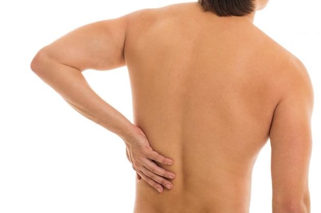 El hombre retiene la espalda debido al dolor. Foto gratis