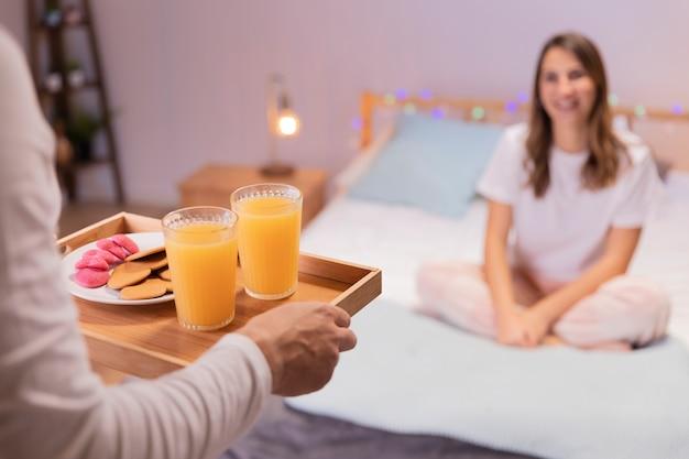 Hombre romántico trae desayuno a su esposa Foto gratis