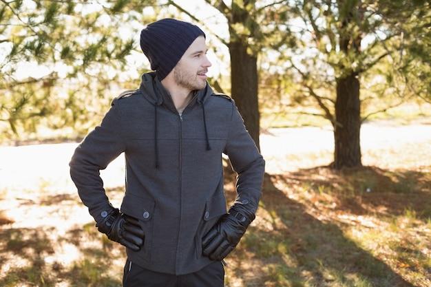 8d35e48494bd El hombre en ropa de abrigo mira a su lado en el bosque   Descargar ...
