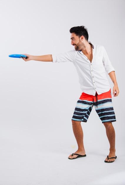 Hombre en ropa de verano con frisbee Foto gratis