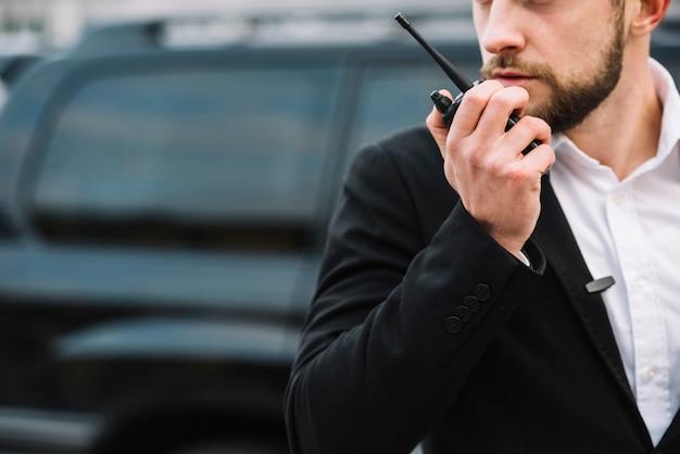 Hombre de seguridad que brinda servicio de protección Foto gratis