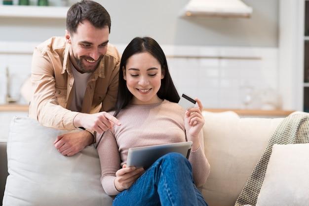 Hombre señalando a mujer qué comprar en línea Foto Premium