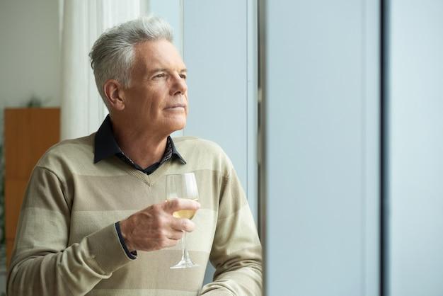 Hombre senior pensativo Foto gratis