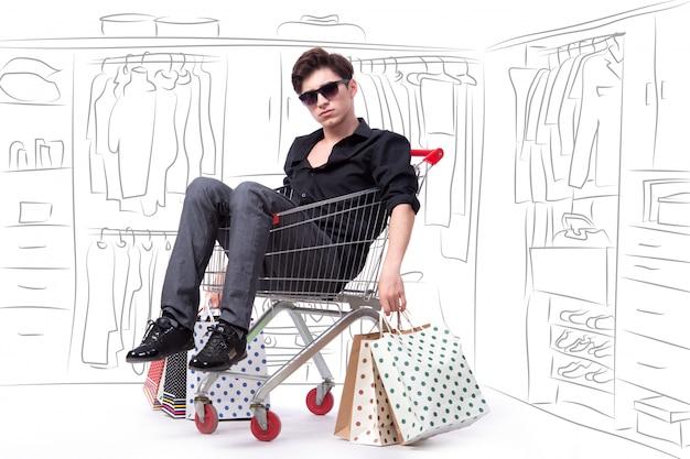 Hombre sentado en el carrito de la compra con mano dibujada Foto Premium