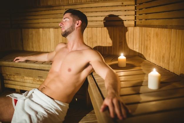 Hombre sentado dentro de una sauna | Foto Premium