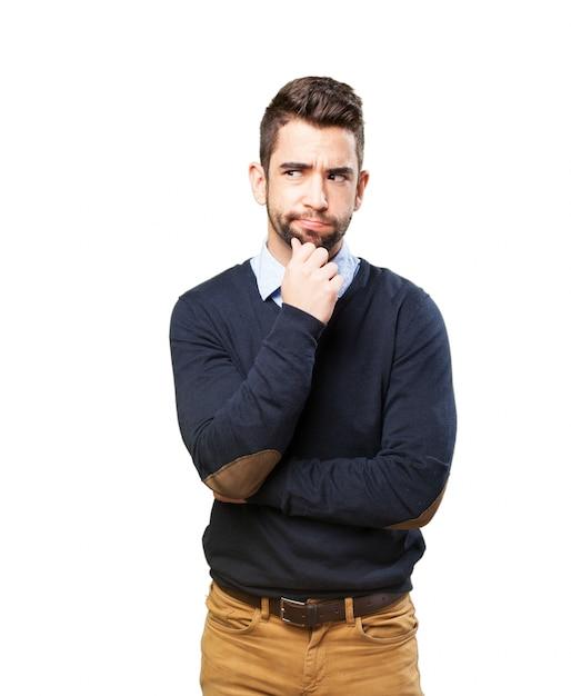 Hombre serio con la mano en la barbilla Foto gratis