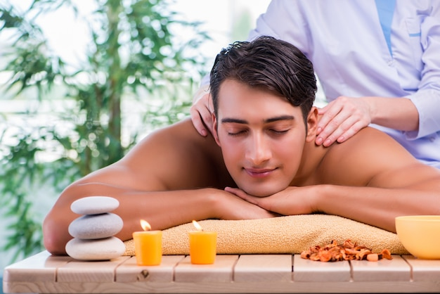 Hombre durante la sesión de masaje en el salón de spa Foto Premium