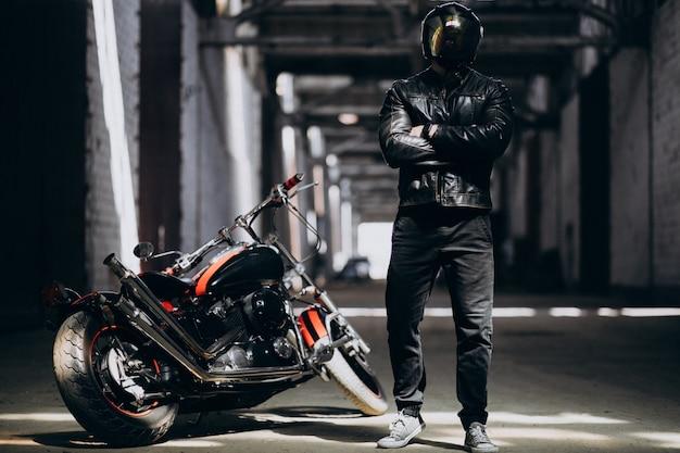 Hombre sexy guapo en moto Foto gratis