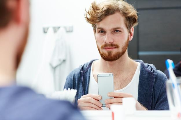 Hombre con smartphone Foto gratis