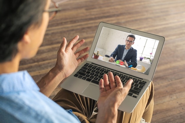 Hombre solicitando un trabajo remoto. él está haciendo su entrevista en una videollamada. Foto Premium