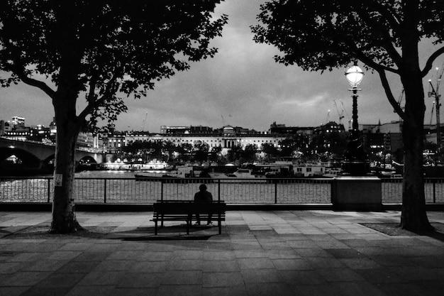 Hombre solo en un parque Foto gratis