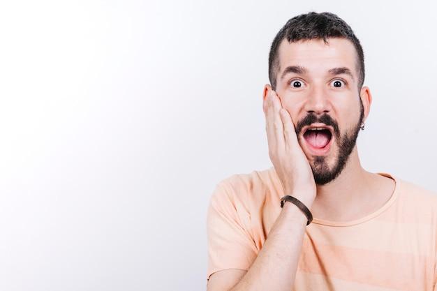 Hombre sorprendido mirando a la cámara Foto gratis