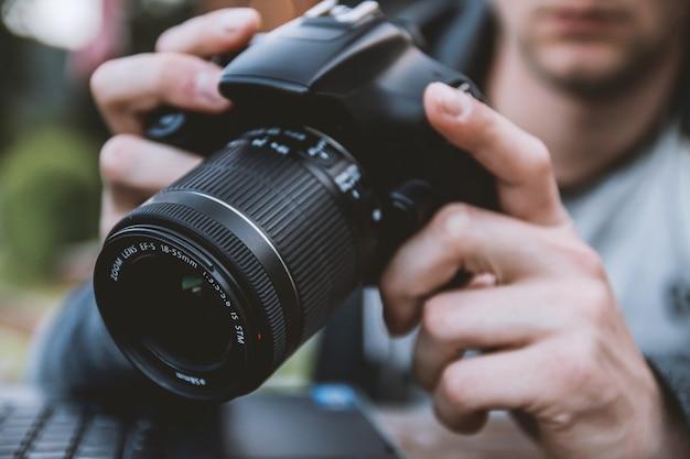 Hombre sujetando una cámara Foto gratis