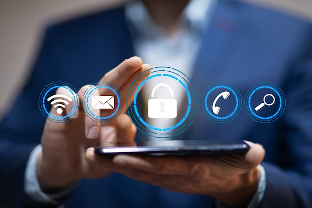 Hombre sujetando tableta y bloqueo en la pantalla Foto Premium
