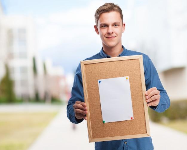Hombre sujetando un tabl n de corcho descargar fotos gratis for Tablon de corcho grande