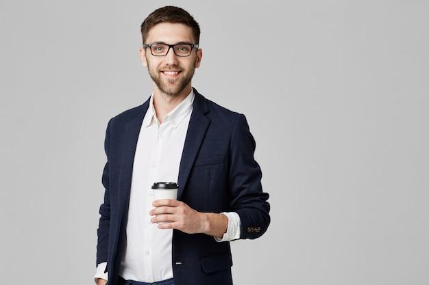 Hombre sujetando un vaso Foto gratis