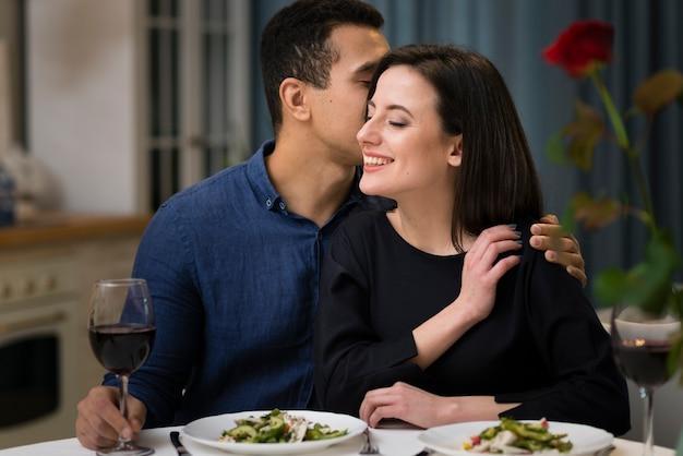 Hombre susurrando algo a su esposa Foto gratis