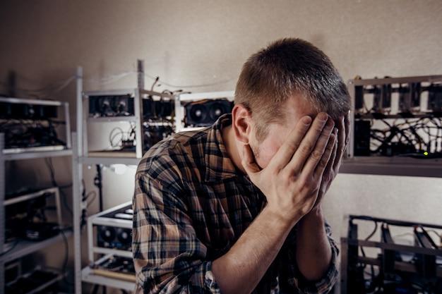 El hombre se tapó la cara con las manos. Foto Premium