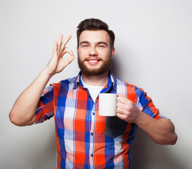 Hombre con una taza de café Foto Premium