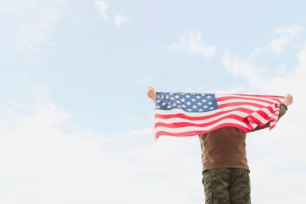 Hombre, tenencia, bandera estadounidense Foto gratis