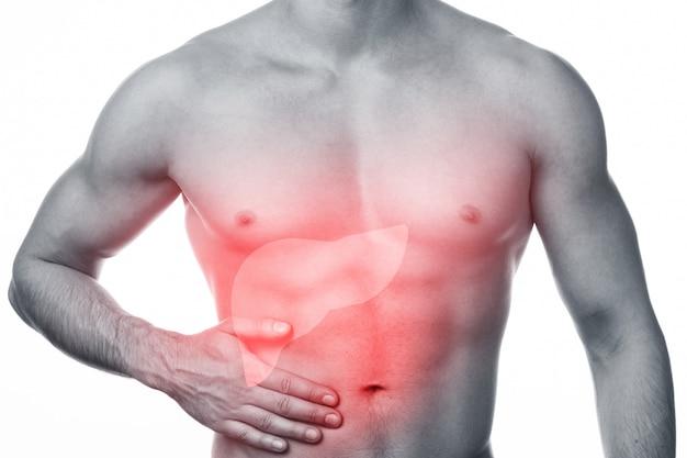 El hombre tiene dolor de hígado. Foto Premium