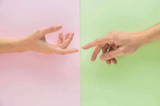 Hombre tocando mano de mujer Foto gratis