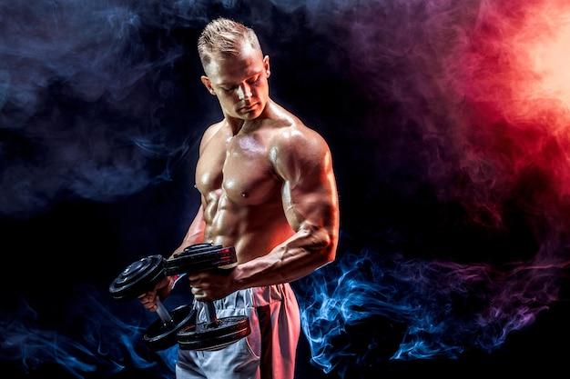 Hombre en topless ejercicio de bíceps con pesas en Foto Premium