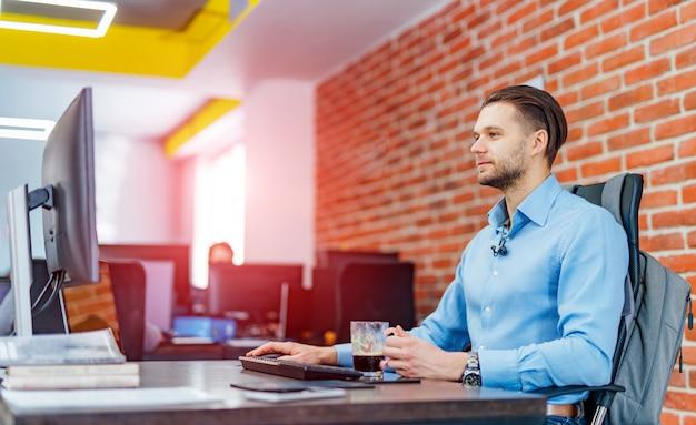 Hombre trabajando en una computadora de escritorio con muchos monitores en la oficina Foto Premium