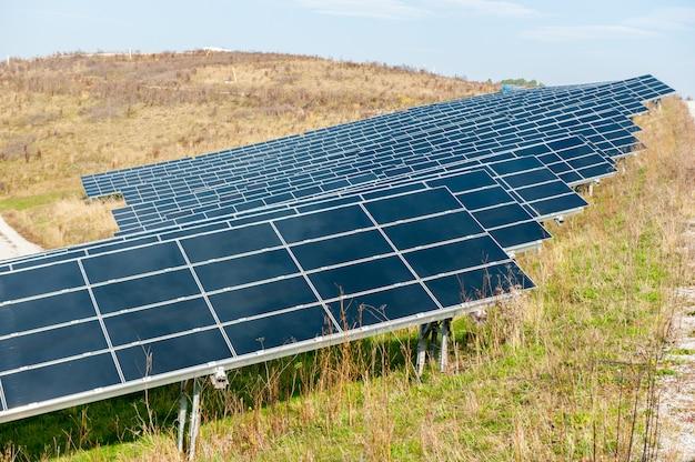 Hombre trabajando con paneles solares. Foto Premium