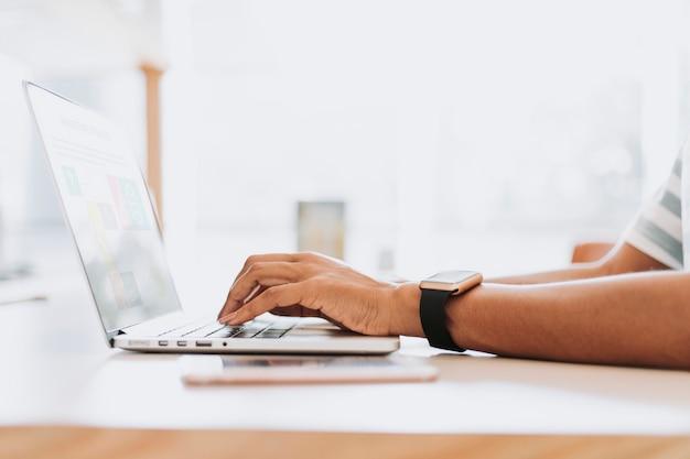 Hombre trabajando en su laptop Foto gratis