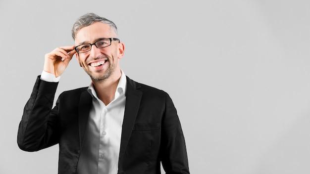 Hombre de traje negro con gafas y sonrisas Foto Premium