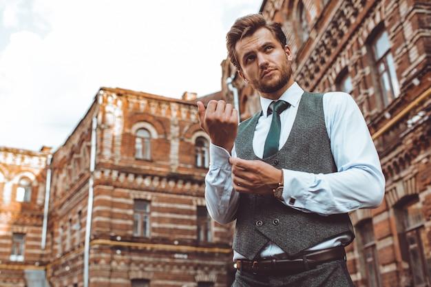 El hombre del traje Foto gratis