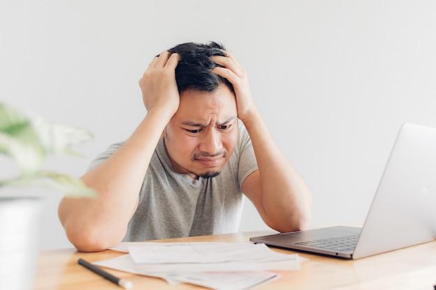 El hombre triste tiene problemas con la facturación y las deudas. Foto Premium