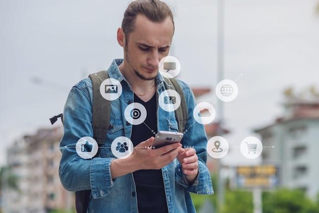 El hombre usa un teléfono inteligente para acceder a las redes sociales digitales en internet Foto Premium