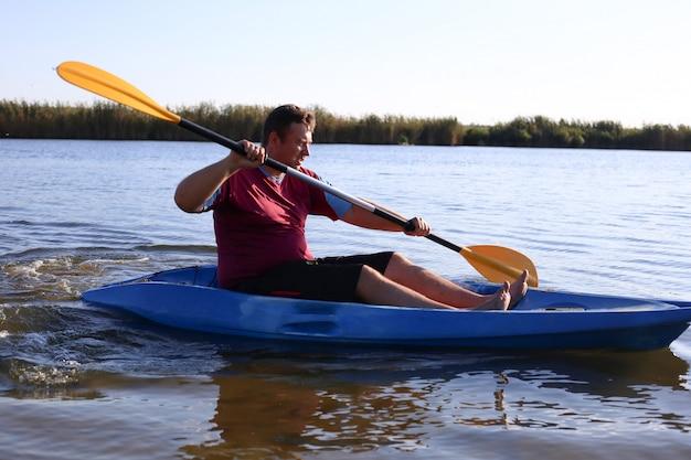 Un hombre en verano nada en el río en un kayak Foto Premium