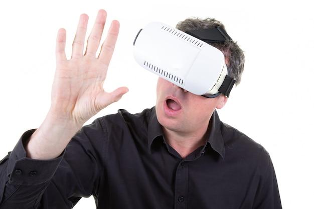 Hombre vestido con casco de realidad virtual blanco divirtiéndose mucho Foto Premium