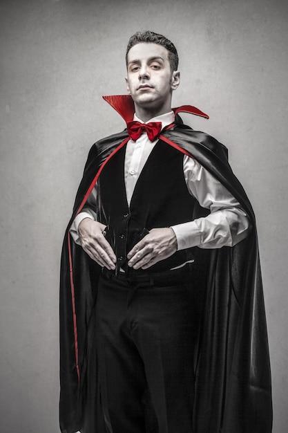 Hombre Vestido Como Drácula Foto Premium